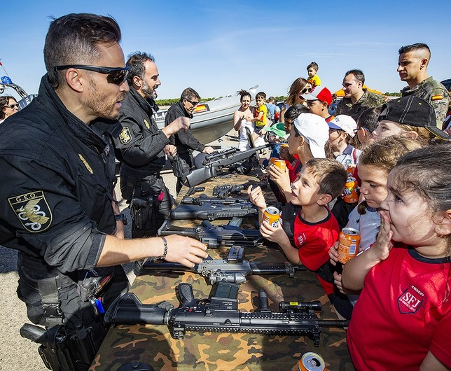 Un subinspector y agentes de GEO (Grupo Especial de Operaciones) muestran a los niños parte del armamento Rueda Villaverde