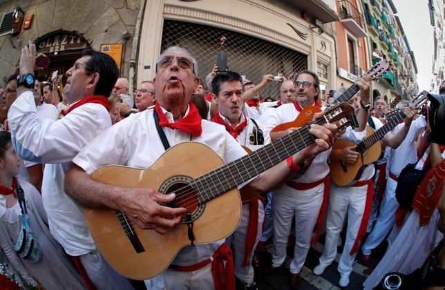 Miles de pamploneses arropan a San Fermín en su día grande