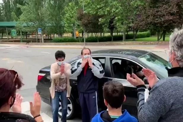 Bienvenida emocionada después de 60 días en la UCI