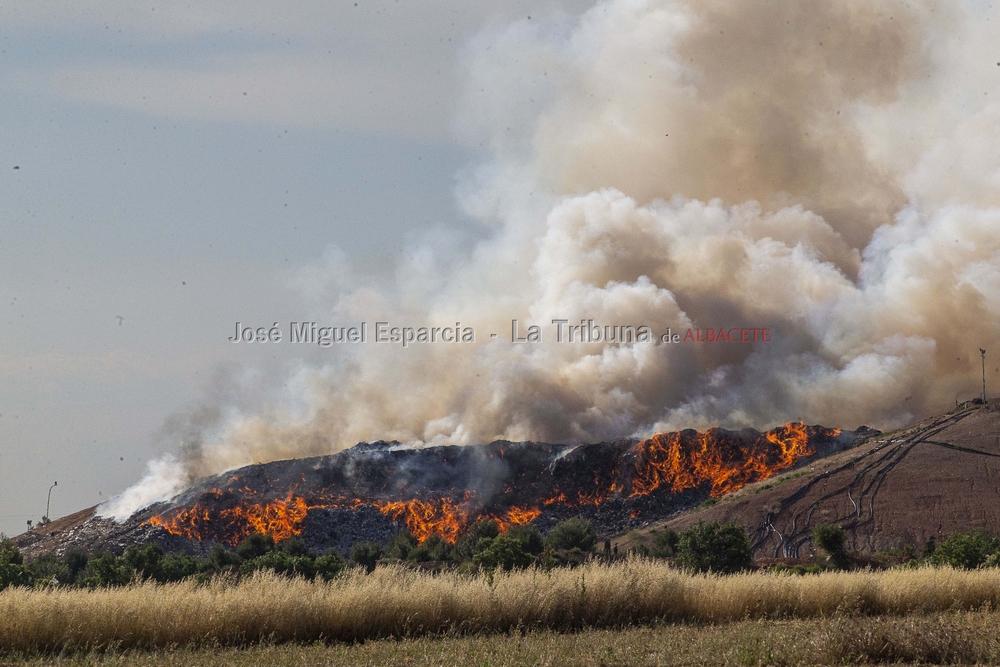 Los bomberos sofocan un incendio en el vertedero
