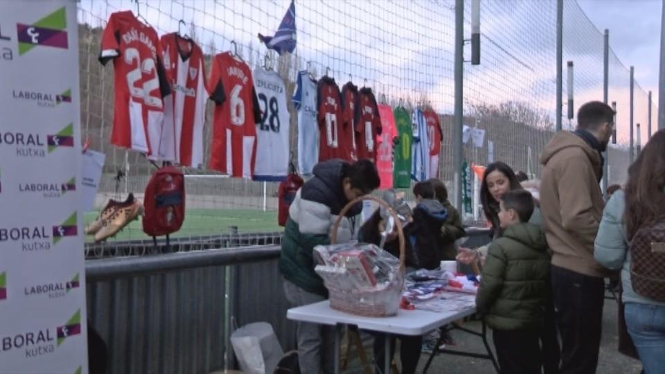 Muchos jugadores de Primera división cedieron camisetas para recaudar dinero con la rifa