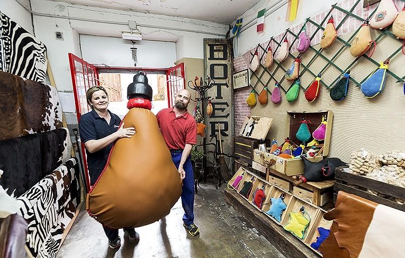 Los hermanos Rocío y Jorge Domingo diseñan y fabrican botas y pellejos.