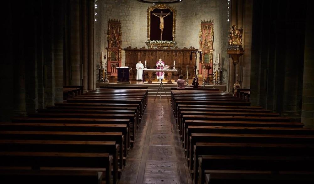 Proponen a sacerdotes y diáconos que devuelvan su paga extra