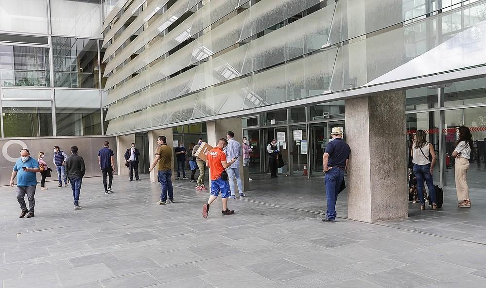 Abogados y procuradores pasan de hacer pasillos a puerta