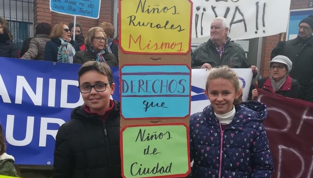 Niños raudenses sujetando un cartel hecho por ellos mismos.