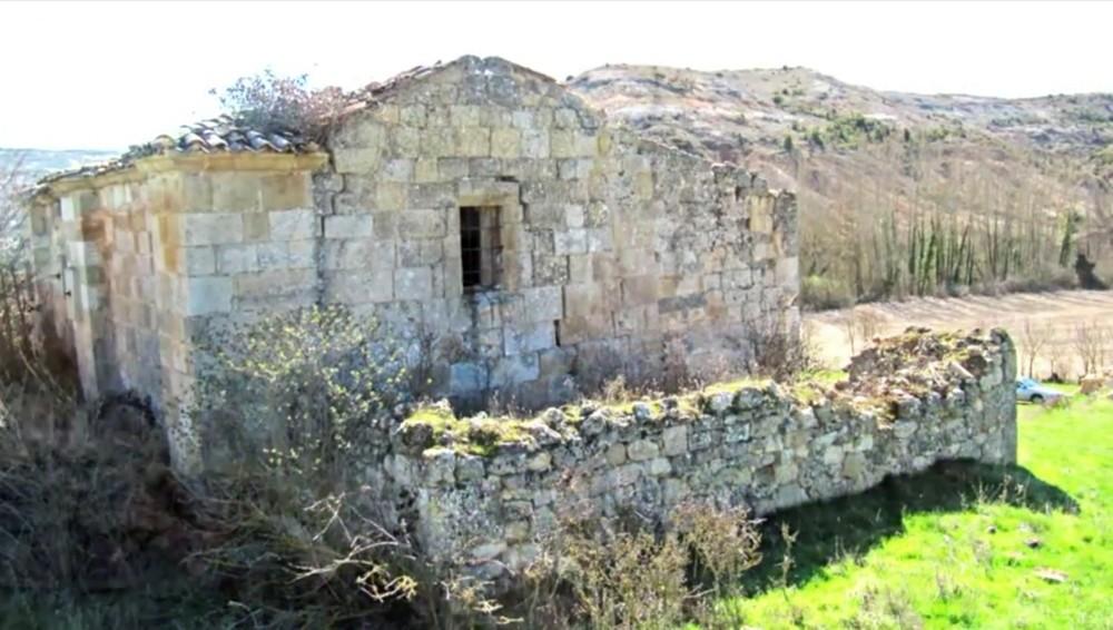 Las zarzas deboran el exterior de la iglesia de Valdearnedo.