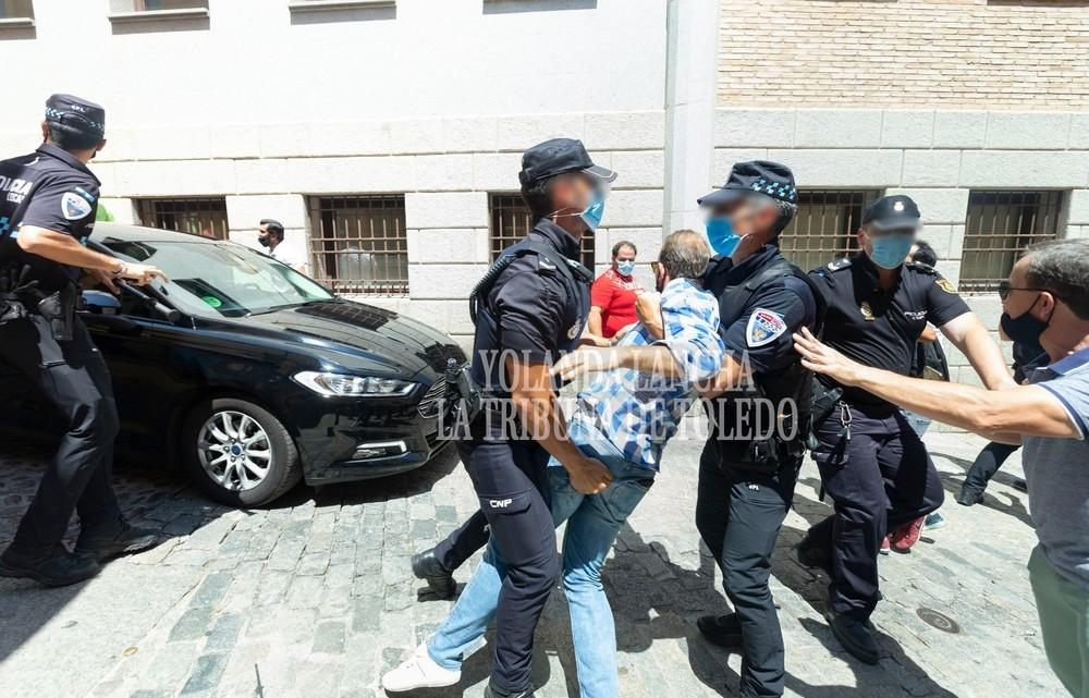 Aficionados taurinos increpan a Díaz y golpean su coche