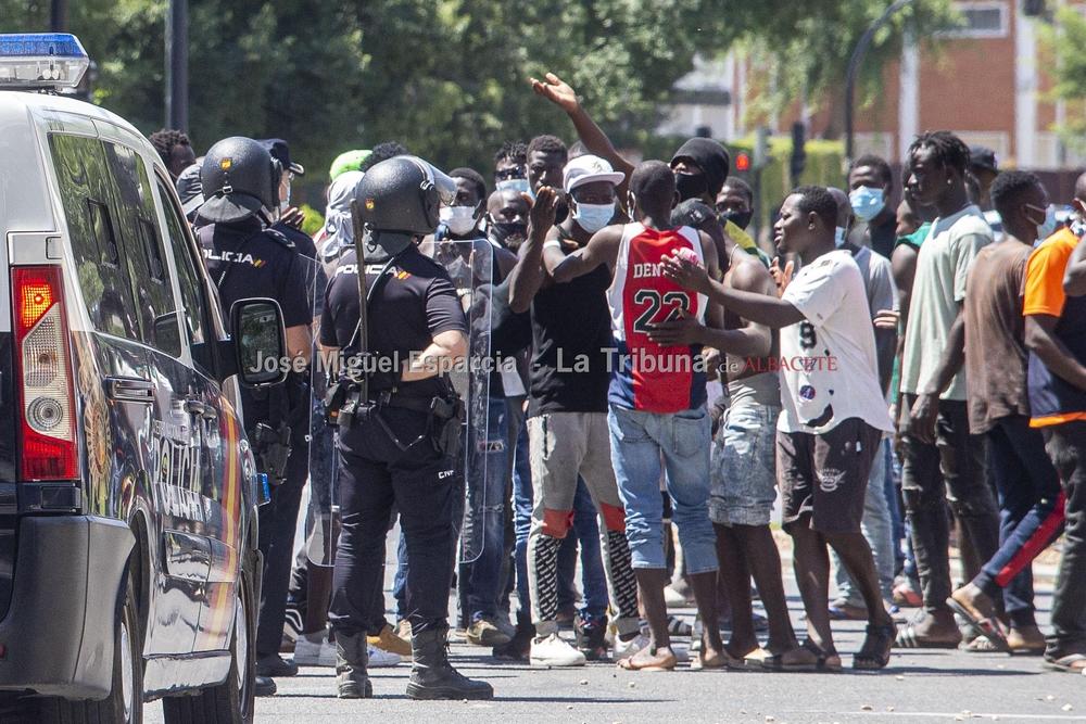 Los inmigrantes del asentamiento protestan