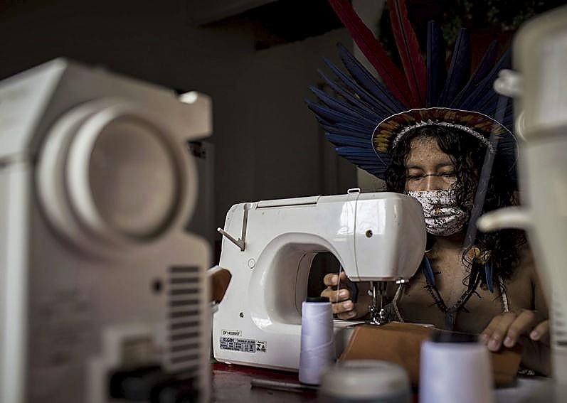 Los trabajos comenzaron con una máquina de coser donada.