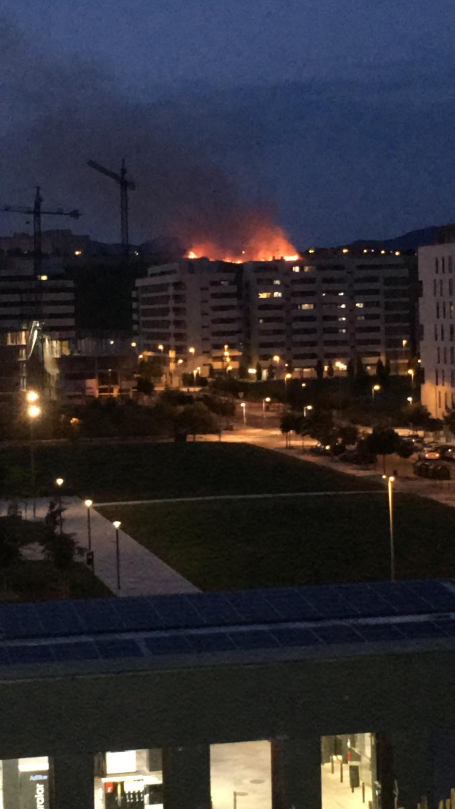 Arde un campo sin cosechar entre Mendillorri y Lezkairu