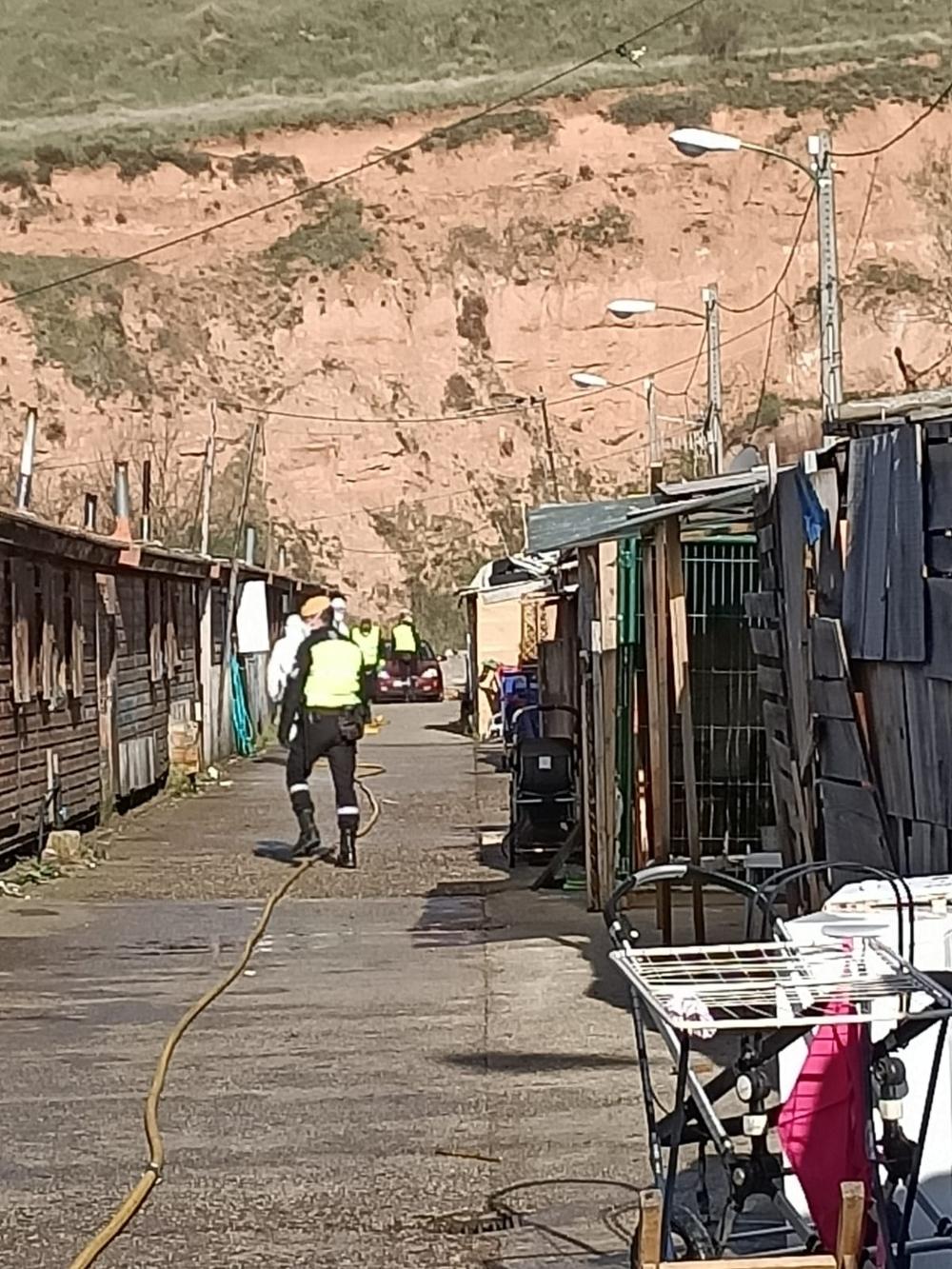 Los efectivos de la UME en el poblado de El Encuentro.