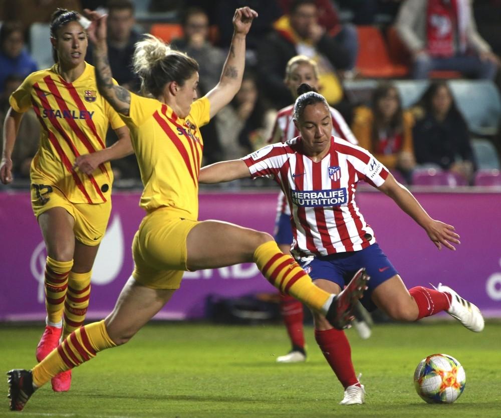 El Barça remonta al Atlético y luchará por el título