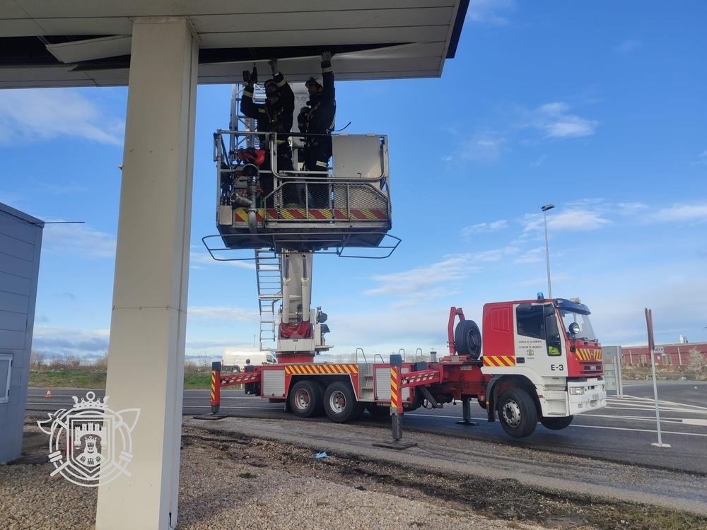 Los bomberos actúan en una estación de servicio en el kilómetro 232 de la A-1.