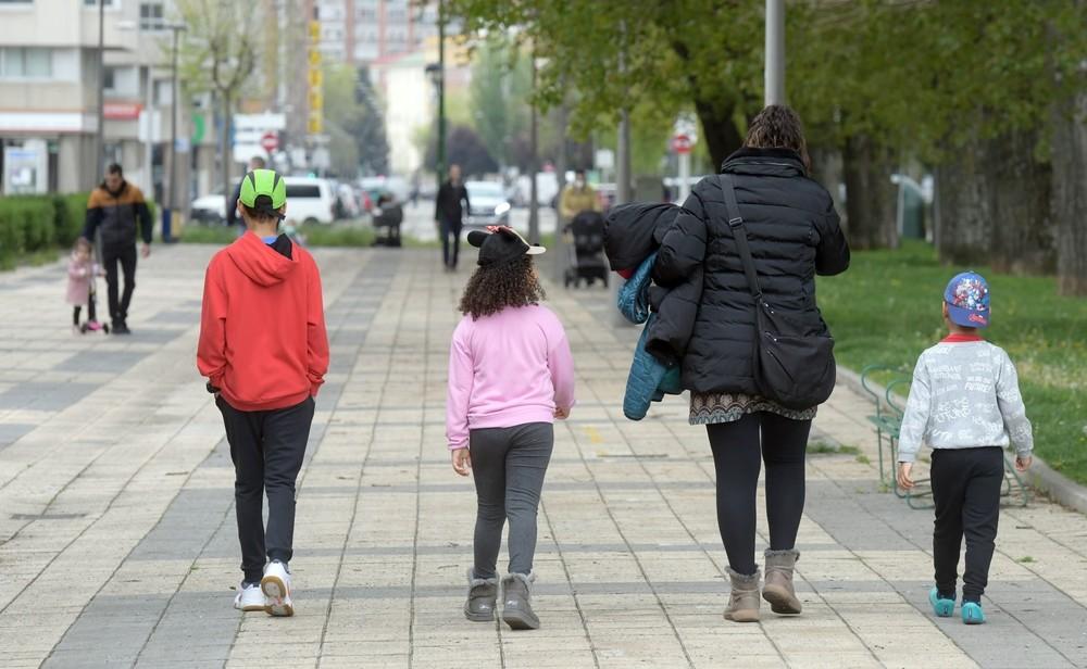 Los niños vuelven a pasear en las calles tras seis semanas