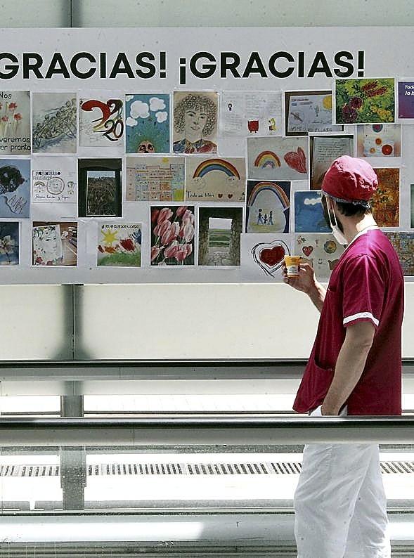 Los dibujos de agradecimiento ponen color a las paredes.