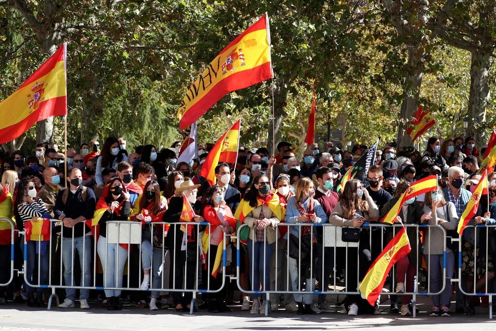 Banderas de España ondean entre los asistentes al acto