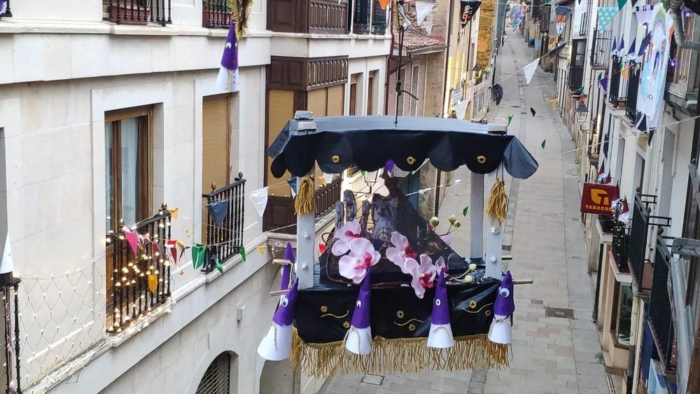 La imagen de la Dolorosa cruza la calle Mayor de Medina
