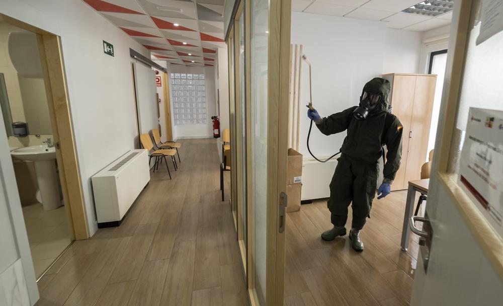 Miembros del regimiento de Farnesio desinfectan las instalaciones de la Cruz Roja