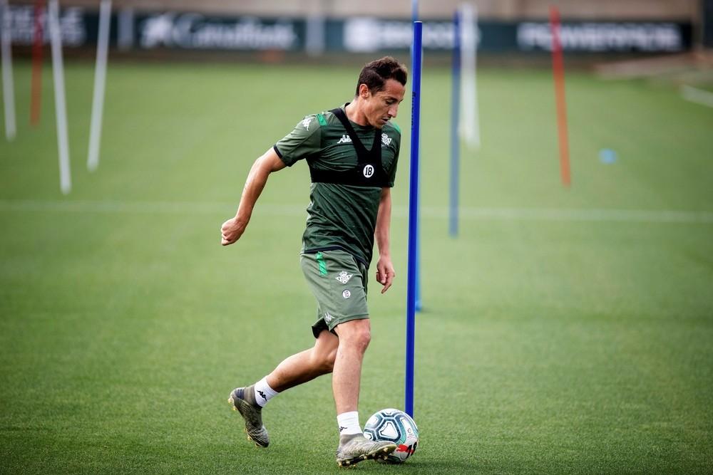Cuadrado se ejercita con un balón en solitario.
