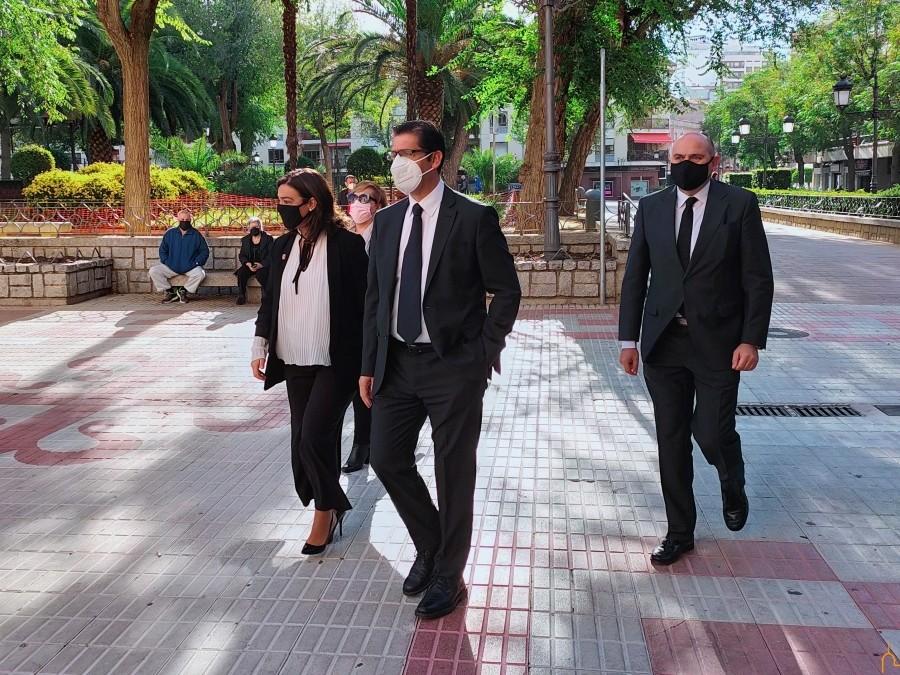 José Manuel Caballero, junto a otras autoridades a su llegada a la Catedral de Ciudad Real.
