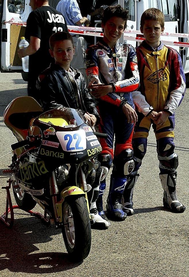 Desde niño (en el centro de la foto) demostró condiciones innatas para el motociclismo, compitiendo a menudo en equipos muy humildes.