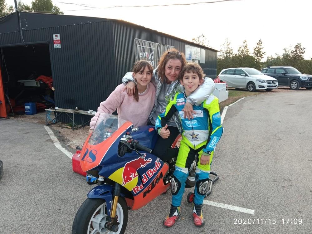 Asier posa con su familia y su nueva moto.