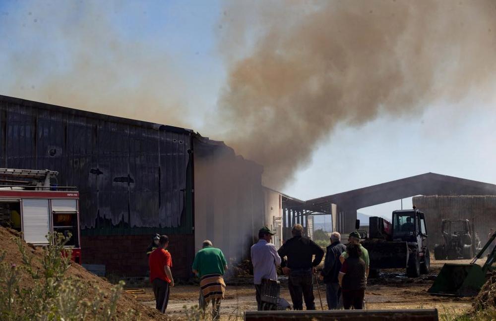 Dos dotaciones del parque de Bomberos de Ávila trabajan desde esta madrugada en la extinción del incendio y la previsión es que continúen allí a lo largo de todo el día.