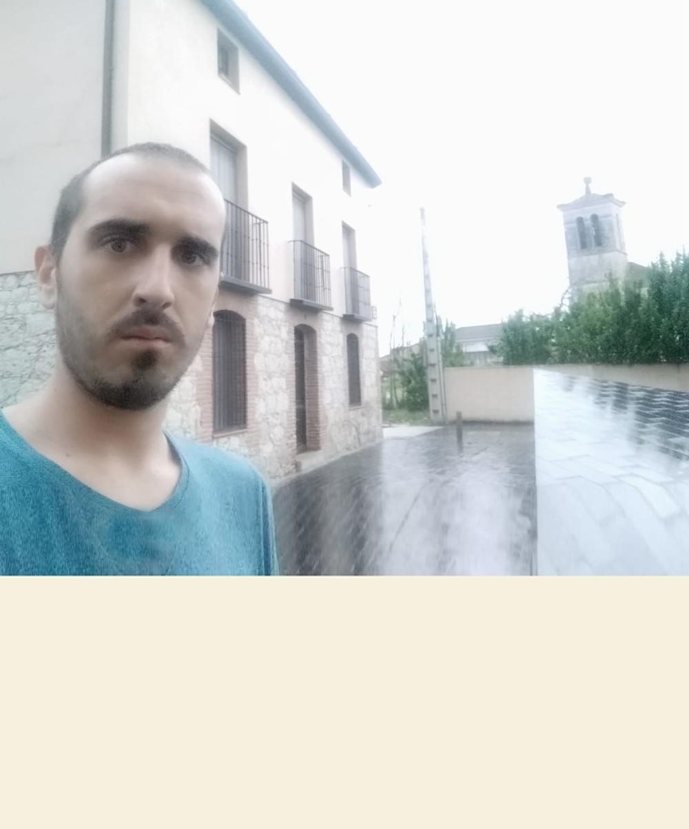 Daniel Muñoz, junto a la Casa Consistorial de Traspinedo. Se ha empadronado en una casa de su familia, que está a las afueras del pueblo.