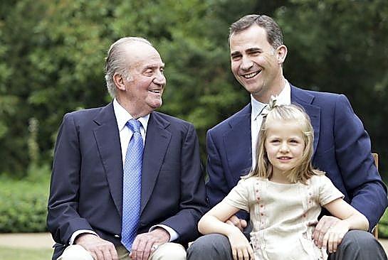 En los jardines, Don Juan Carlos y sus sucesores a la Corona.