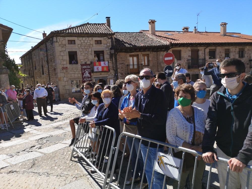 Cientos de personas y banderas reciben a Felipe y Letizia