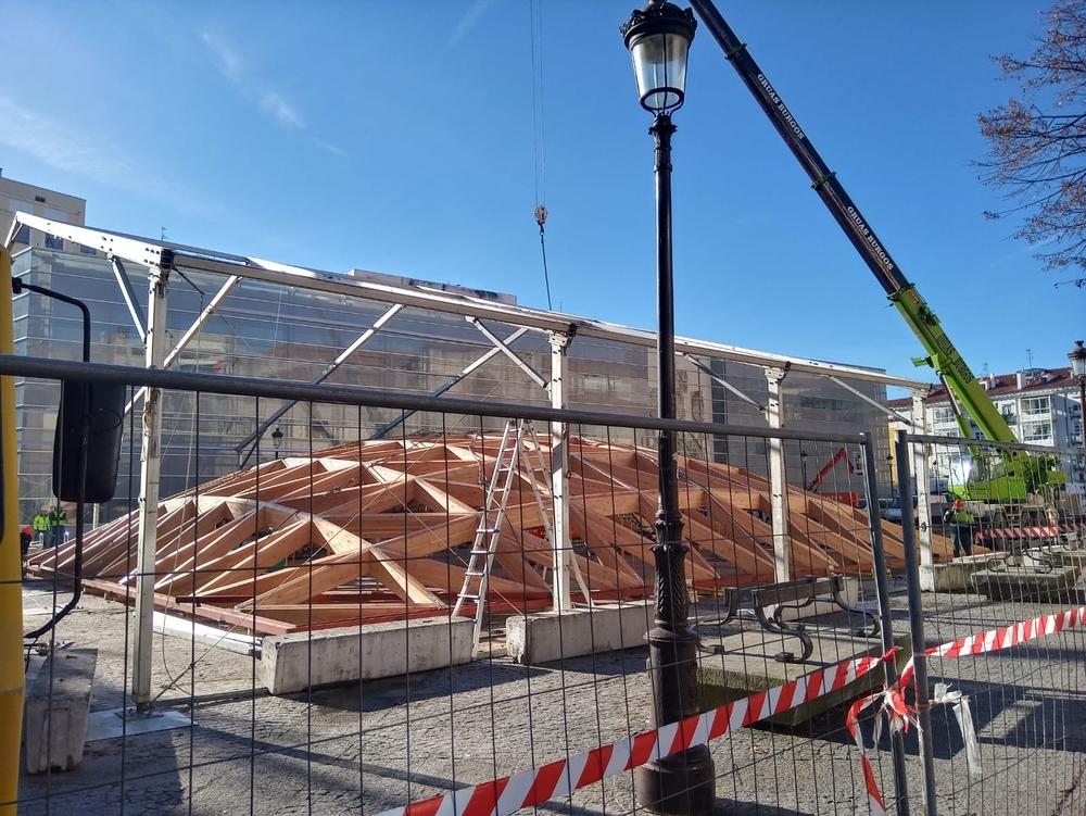 Una grúa procederá este jueves a colocar sobre el claustro la estructura de madera ensamblada en la plaza durante los últimos meses.