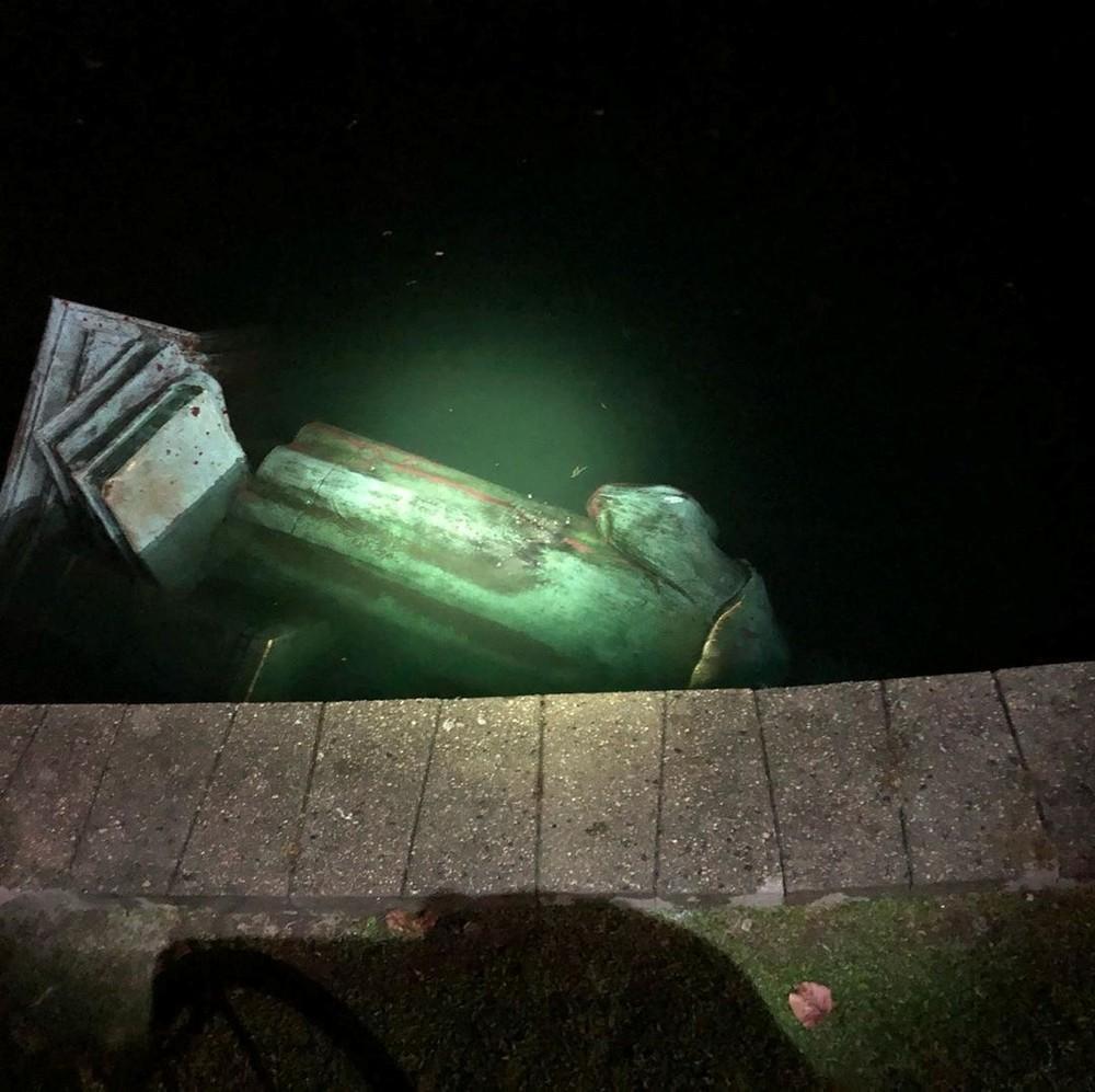 Una estatua de Colón, derribada y quemada en Virginia
