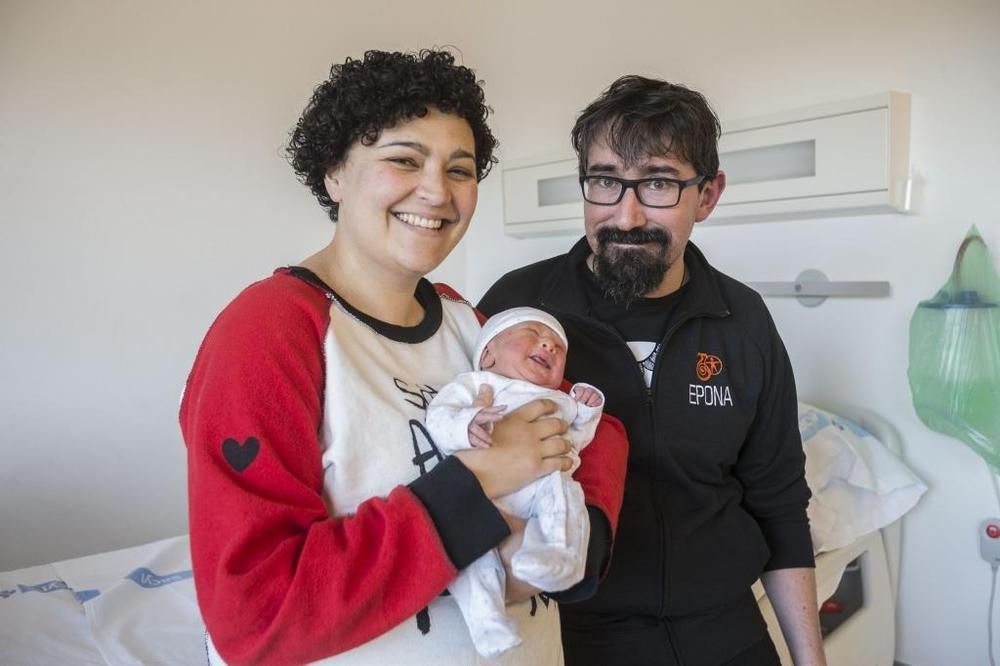 Álvar Hernández y Laura Ortega, con Laín, su precioso bebé.