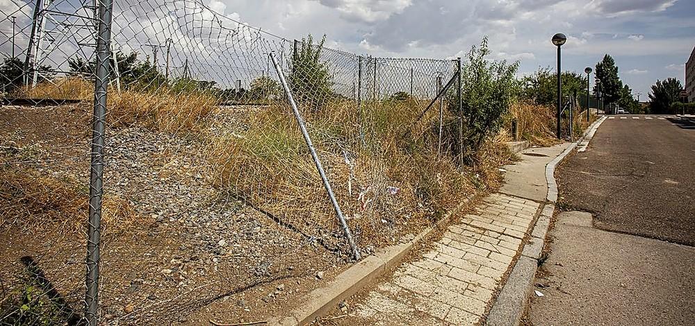 Adif reparó la valla y el 8 de julio ya estaba otra vez deteriorada.