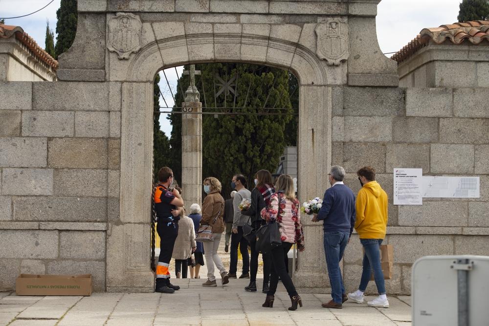 Día de Todos los Santos en el cementerio de Ávila.