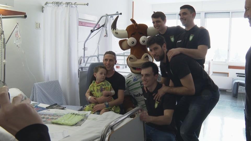 Anaitasuna visita a los niños ingresados en el hospital