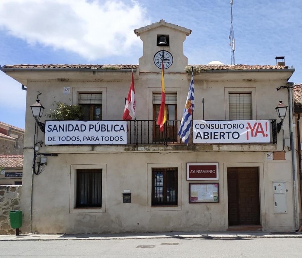Fachada del Ayuntamiento de Torrecaballeros