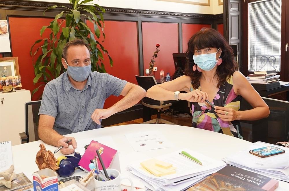 La concejal de Cultura y Turismo del Ayuntamiento, Ana Redondo, y el presidente de la Asociación de Hoteles, Francisco Posada, durante la firma del acuerdo.