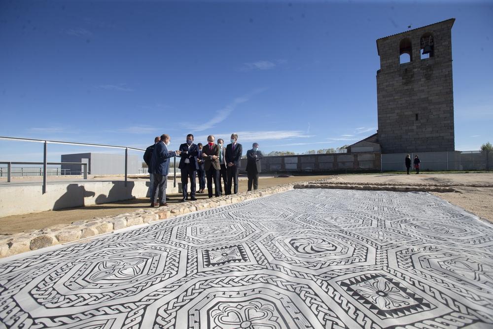 El consejero de Cultura y Turismo, Javier Ortega visita las actuaciones realizadas en la Villa romana El Vergel de San Pedro del Arroyo.