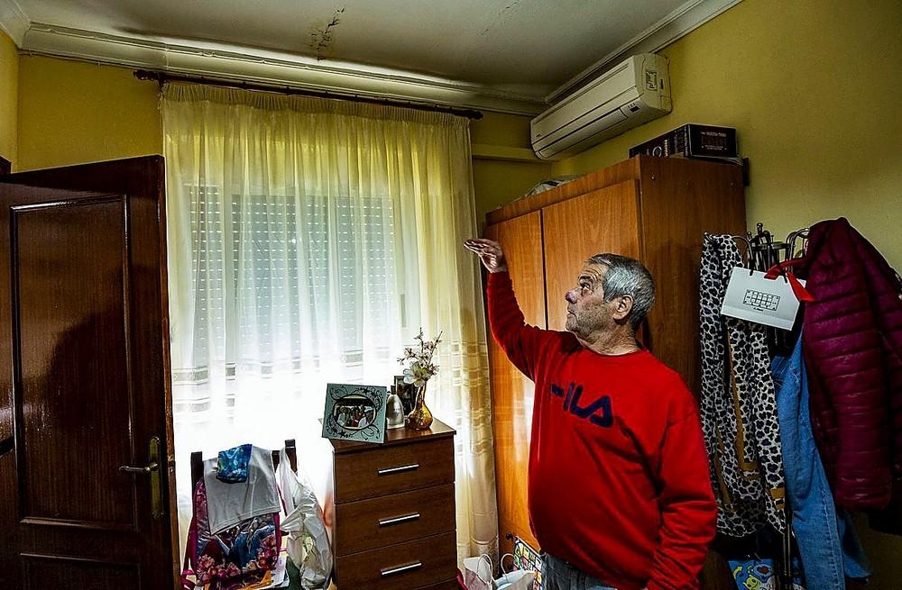 Félix Fernández señala la grieta que ha provocado la humedad tras la granizada de agosto.
