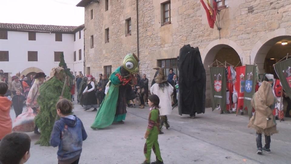 El 'Robacerezas' toma las calles de Etxauri por carnaval