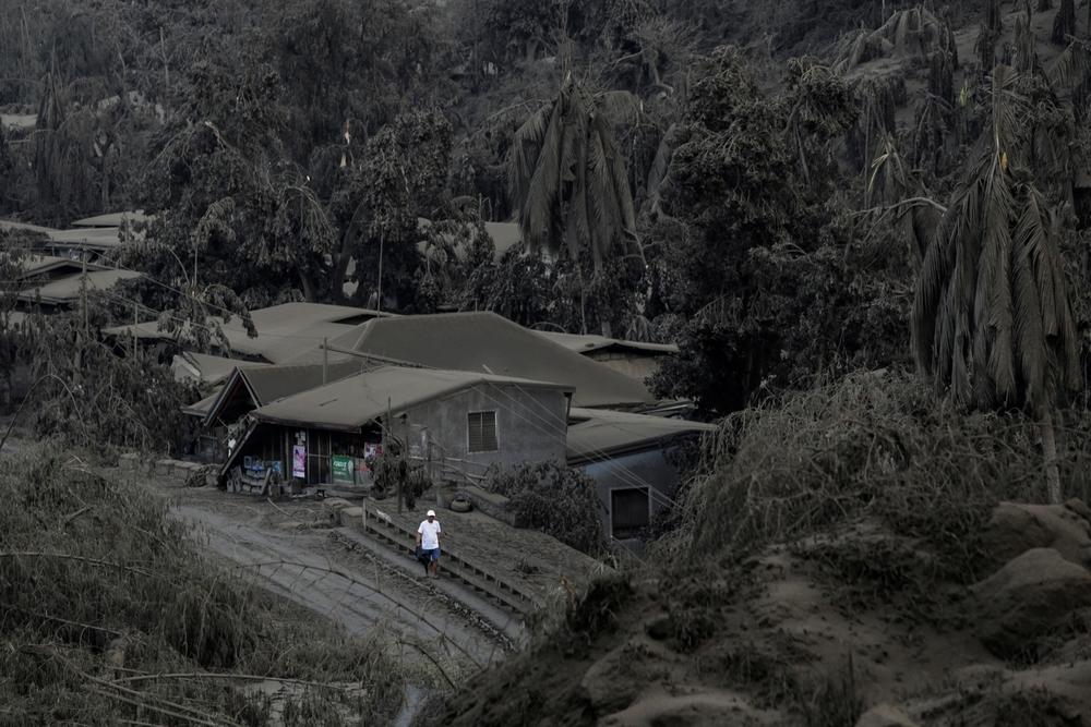 Manila se cubre con las cenizas del Taal, que ya escupe lava