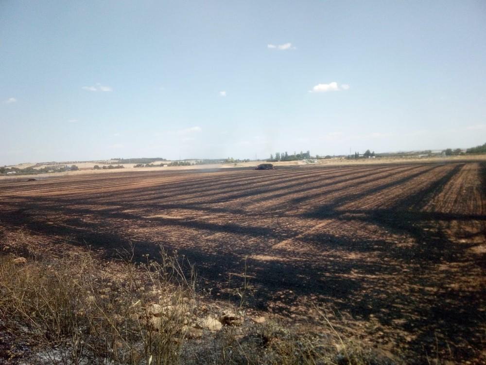 Los bomberos sofocan un incendio de rastrojo en Miguelturra