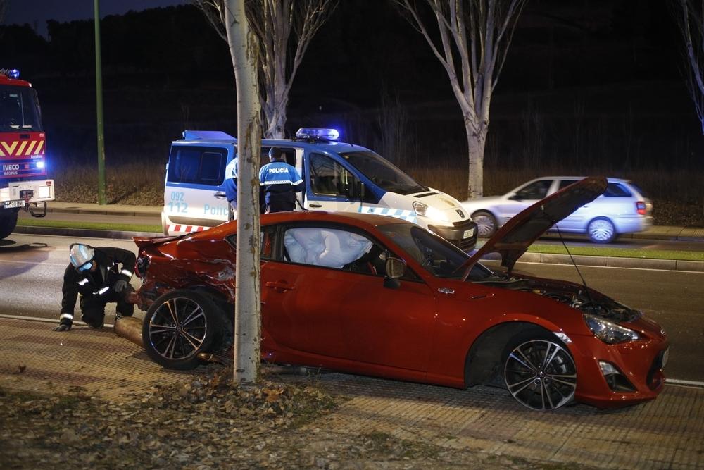 Así ha quedado uno de los tres vehículos implicados en el aparatoso accidente ocurrido esta tarde en la avenida Cajacírculo.