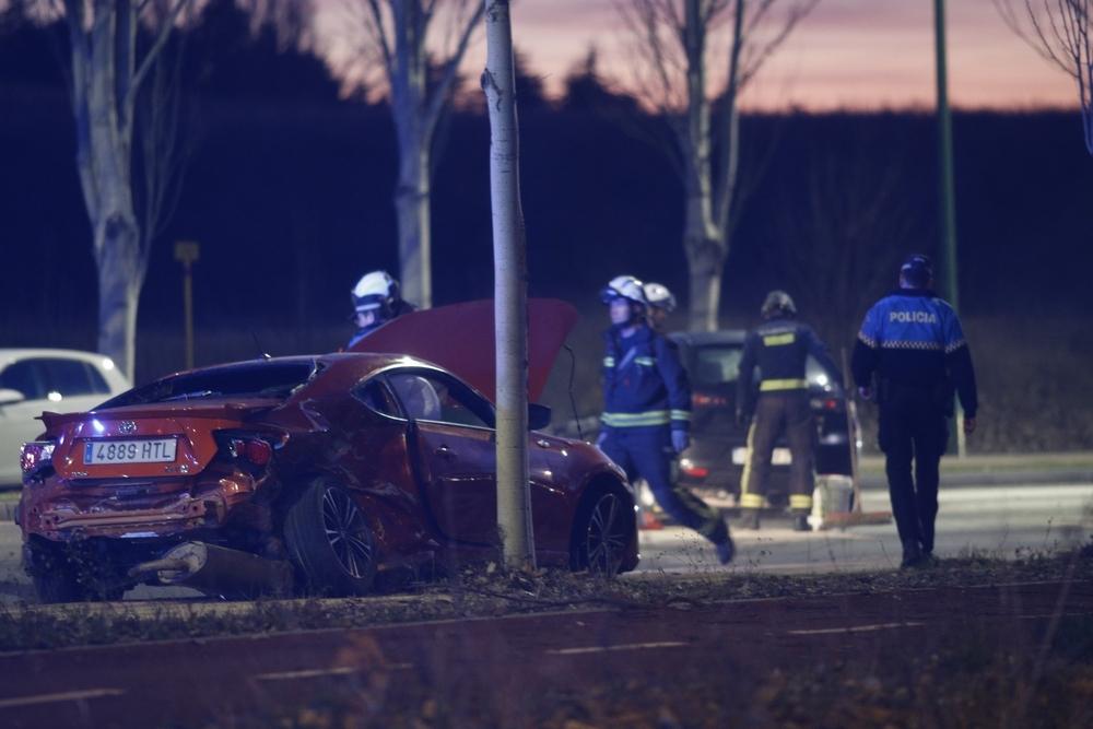 Bomberos de Burgos y agentes de la Policía Local han intervenido en el lugar del accidente.