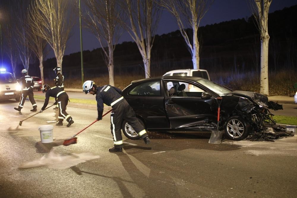 Los bomberos limpiaban la calzada antes de reabrir la circulación de vehículos.