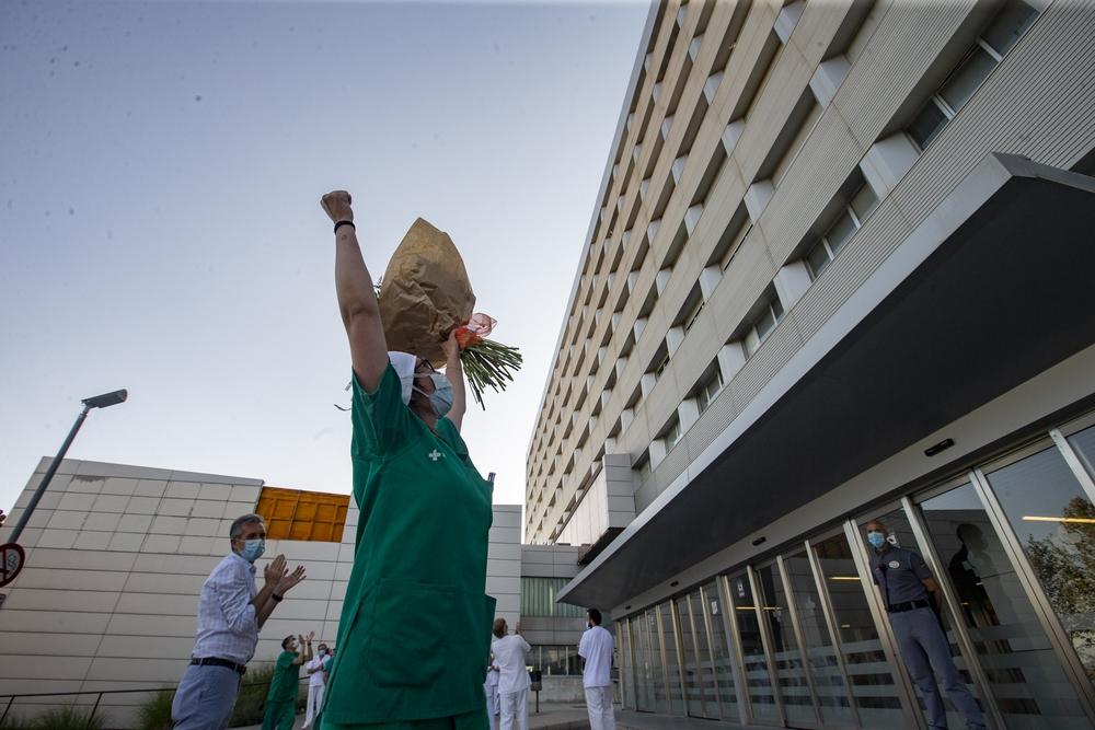 Una iniciativa social, gestada en las redes por Luis Alberto Pindado, congregó a decenas de personas este sábado a las puertas del Hospital de Sonsoles para orquestar un homenaje más a quienes velaron, velan y velarán por nuestra salud.