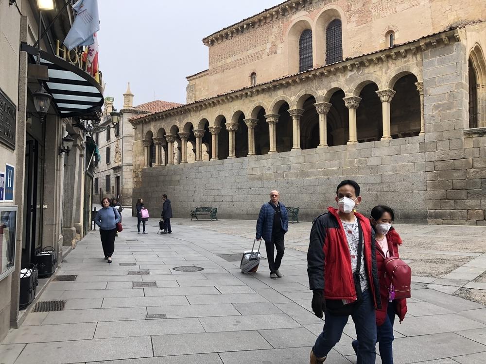 Dos viandantes con mascarilla en la Calle Real.