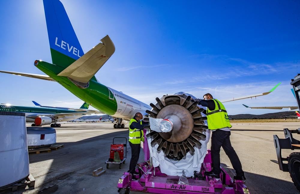 reportje en el Aeropuerto sobre el mantenimiento de aviones, motores , etc, con la empresa JAS, fotos de las obras de las nuevas plataformas del aeropuerto, aterrizaje de un avion de Iberia, y fotos del Falcon,avión mitico y famoso por la rotulación de