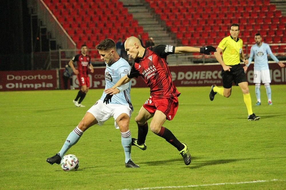 Guridi trata de robar un balón a un jugador del Celta de Vigo durante el partido de esta noche en Anduva.